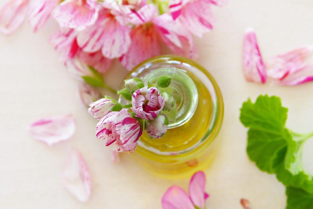 ローズゼラニウム精油の嬉しい効能!簡単な保湿化粧水の作り方も