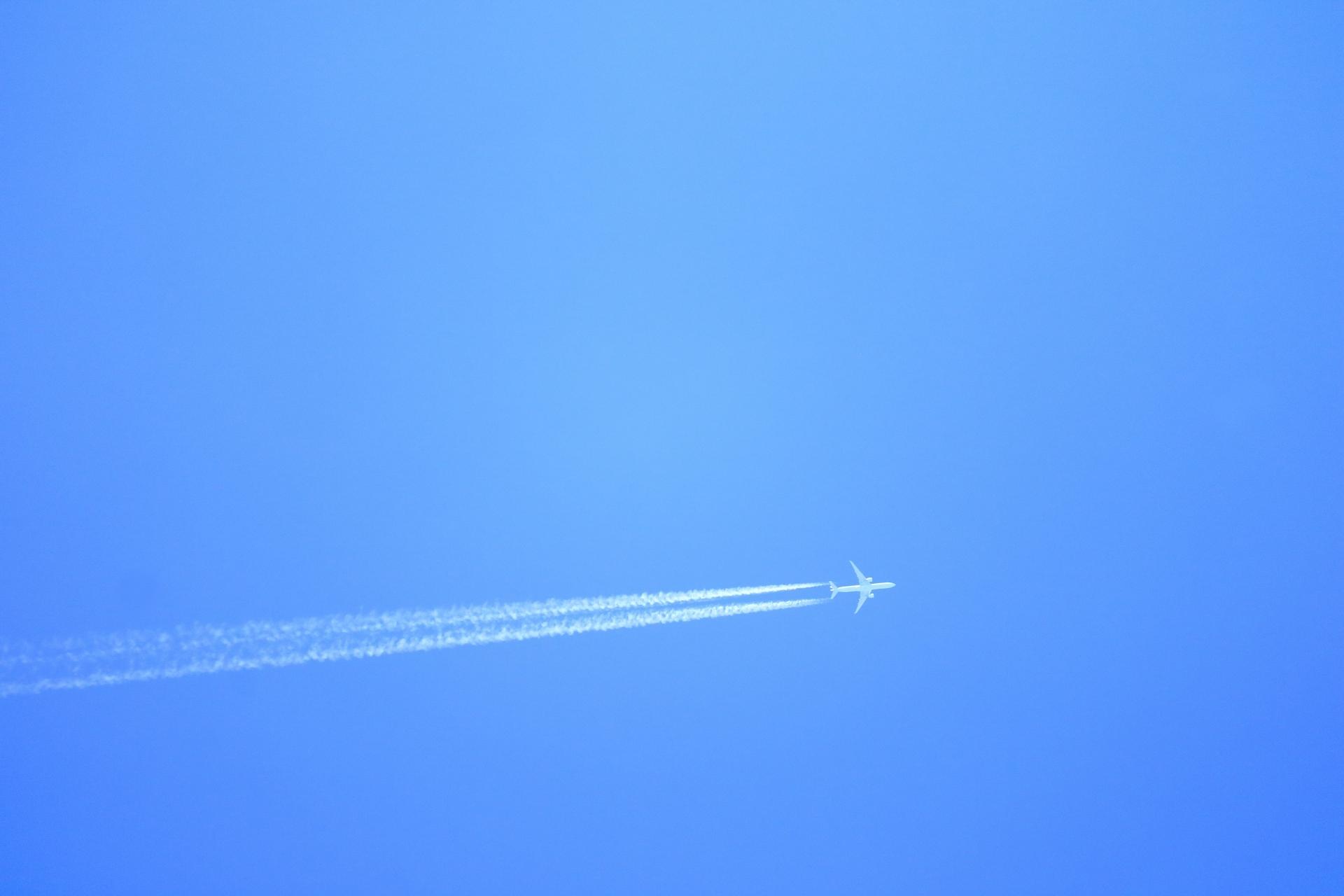 飛行機雲ができると雨が降るってホント?飛行機雲ができる理由は?